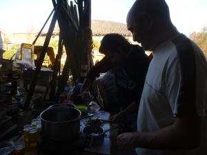 Préparation des fritons avec Josette, la mère de Philippe
