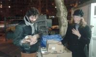 Olivier L pose avec sa volaille en compagnie d'Isabelle, productrice de poulets/oeufs bio!
